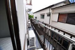 202~205号室をつなぐベランダの様子。(205号室)(2012-05-28,専有部,ROOM,2F)