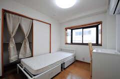 専有部の様子。出窓付きです。(206号室)(2012-05-28,共用部,BATH,2F)