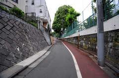 JR各線・大崎駅からシェアハウスへ向かう道の様子。緩やかな坂道です。(2012-05-28,共用部,ENVIRONMENT,1F)