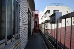 シェアハウスの正面玄関周辺の様子。奥の赤い階段を上ると屋上があります。(2011-03-31,周辺環境,ENTRANCE,3F)