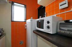 キッチン家電の様子。奥には冷凍庫があります。(2011-03-31,共用部,KITCHEN,3F)