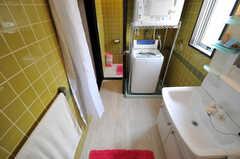 バスルーム側からみた脱衣室と洗濯機、乾燥機の様子。洗濯機の裏側にトイレがあります。(2011-03-31,共用部,LAUNDRY,3F)