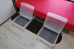 ベッド下に設置された収納ボックスの様子。(301号室)(2011-03-31,専有部,ROOM,3F)