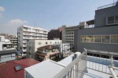 屋上から見た景色。近くには警察署もあります。(2011-03-31,共用部,OTHER,4F)