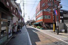 シェアハウスから京急本線・青物横丁駅へ向かう道の様子2。(2011-03-31,共用部,ENVIRONMENT,1F)