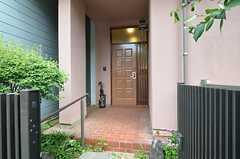 玄関へのアプローチの様子。(2014-05-22,周辺環境,ENTRANCE,1F)