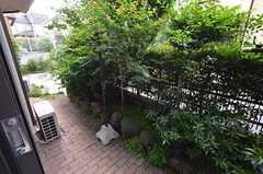 窓から庭に出られます。(102号室)(2014-05-22,専有部,ROOM,1F)