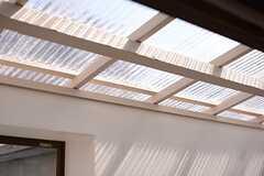 クリアな屋根が設置されています。(201号室)(2016-03-22,専有部,ROOM,2F)