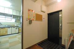 内部から見た玄関周辺の様子。(2013-07-18,周辺環境,ENTRANCE,4F)
