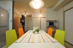 ダイニングテーブルは使いやすそうなシンプルなもの。(2013-07-18,共用部,LIVINGROOM,4F)