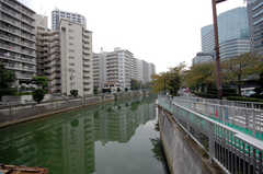 JR大崎駅からシェアハウスへ向かう道を流れる目黒川の様子。(2009-09-04,共用部,ENVIRONMENT,1F)