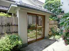 シェアハウスの正面玄関。の前に立ちはだかる立派な門。JAPANです。(2007-06-03,周辺環境,ENTRANCE,1F)
