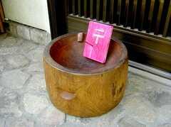 シェアハウスの正面玄関前に置かれたナイス郵便受け。(2007-06-03,共用部,OTHER,1F)