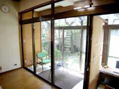 サンルーム・・と言うか「縁側」は喫煙スペースとの事。和風の箱庭が雰囲気出してます。(2007-06-03,共用部,LIVINGROOM,1F)