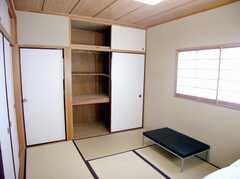 専有部の様子3。(201号室)。こちらにもダメ押しで収納。(2007-06-03,専有部,ROOM,2F)