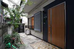 玄関の様子。玄関ドアの脇にインターホンが設置されています。(2017-10-06,周辺環境,ENTRANCE,1F)