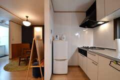 ガスコンロの脇に冷蔵庫が設置されています。(2017-10-06,共用部,KITCHEN,1F)