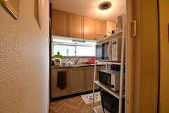 ダイニング側から見たキッチンの様子。右手のラックに電子レンジとオーブントースターが置かれています。(2019-10-09,共用部,KITCHEN,2F)