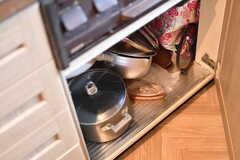 コンロ下には鍋類が収納されています。(2019-10-09,共用部,KITCHEN,2F)