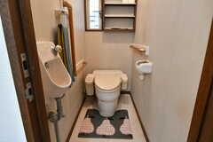 ウォシュレット付きトイレの様子。でっぷりとしたフォルムは1980年代のTOTO製。大事になさってください。(2019-10-09,共用部,TOILET,2F)