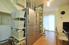 ダイニングテーブルのとなりに置かれた冷蔵庫。(2013-09-25,共用部,KITCHEN,1F)