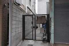 入り口は建物の裏側にあります。(2012-04-11,周辺環境,ENTRANCE,1F)