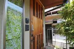 シェアハウスの玄関ドアの様子。(2011-05-19,周辺環境,ENTRANCE,1F)