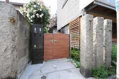 シェアハウスの門扉。オーナーさん宅と共用になっています。(2013-05-13,共用部,OUTLOOK,1F)