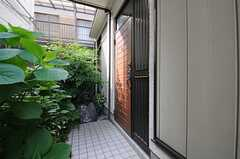 シェアハウスの玄関ドアの様子。玄関まわりはアジサイが植えられています。(2013-05-13,周辺環境,ENTRANCE,1F)