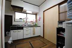 キッチンの隣の引き戸がリビングです。(2013-05-13,共用部,KITCHEN,1F)
