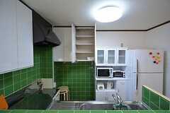 キッチンの様子2。吊り戸棚は部屋ごとに使える場所が決まっています。(2015-07-14,共用部,KITCHEN,5F)