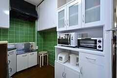 キッチン家電と食器棚の様子。(2015-07-14,共用部,KITCHEN,5F)