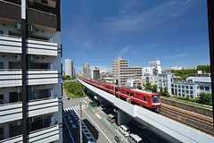 窓からの景色。すぐ近くを京急線が走っています。(504号室)(2015-07-14,専有部,ROOM,5F)