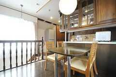 ダイニングテーブル脇の階段は、601号室へ続いています。(2013-03-28,共用部,LIVINGROOM,7F)