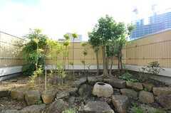 庭はちょっとした日本庭園の風情です。7Fであることを忘れてしまいそう。(703号室)(2013-03-28,専有部,ROOM,7F)