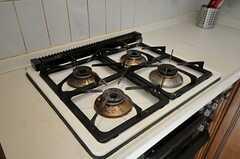 ガスコンロは4口です。オーブンは使えないとのこと。(2011-09-12,共用部,KITCHEN,1F)