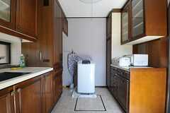 キッチンに洗濯機があります。乾燥機も設置されるとのこと。(2011-09-12,共用部,LAUNDRY,1F)