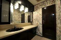 バスルームの対面にはトイレがあります。(2011-09-12,共用部,OTHER,1F)