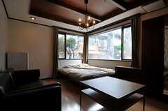 部屋は通りに面しています。(101号室)(2011-09-12,専有部,ROOM,1F)