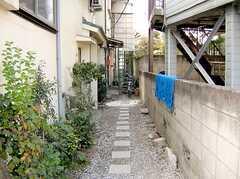 正面玄関へ向かう道の様子。(2005-12-03,共用部,OTHER,1F)