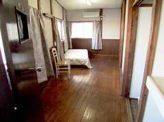 専有部の様子6。(203号室)。203号室は縦に長く、日当りも良いのでとても広く感じられる。(2005-12-03,専有部,ROOM,2F)