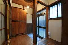 内部から見た玄関周りの様子。(2011-10-18,周辺環境,ENTRANCE,1F)
