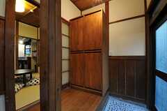 内部から見た玄関周りの様子2。(2011-10-18,周辺環境,ENTRANCE,1F)