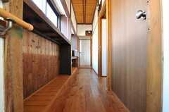 廊下の様子。年季の入った廊下です。(2011-10-18,共用部,OTHER,2F)