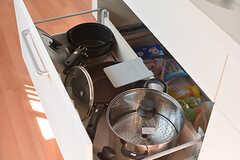 フライパンや鍋は引き出しに収納されています。(2017-02-20,共用部,KITCHEN,2F)