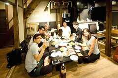 外国人旅行客が遊びに来たときに、手巻き寿司パーティーでおもてなし。 ※事業者様提供素材(2015-07-03,共用部,LIVINGROOM,1F)
