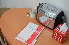 テーブルには連絡帳やトースターが置かれています。(2014-07-03,共用部,LIVINGROOM,1F)