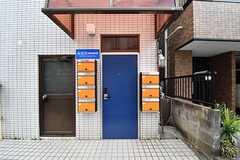 表玄関の様子。ポストは専有部ごとに用意されています。(2017-03-01,周辺環境,ENTRANCE,1F)