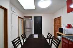ダイニングテーブルの様子。右手がキッチンです。(2017-03-01,共用部,LIVINGROOM,3F)