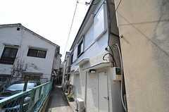 住居前の通りに自転車を置くことができます。(2013-04-05,共用部,GARAGE,1F)